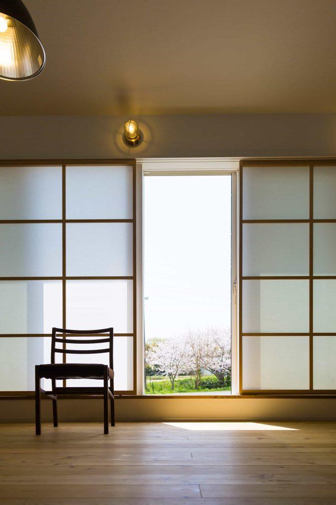 リビングはカーテンではなく、障子で目隠しです。その間から桜が借景で望め、いつまでも居たい場所です。