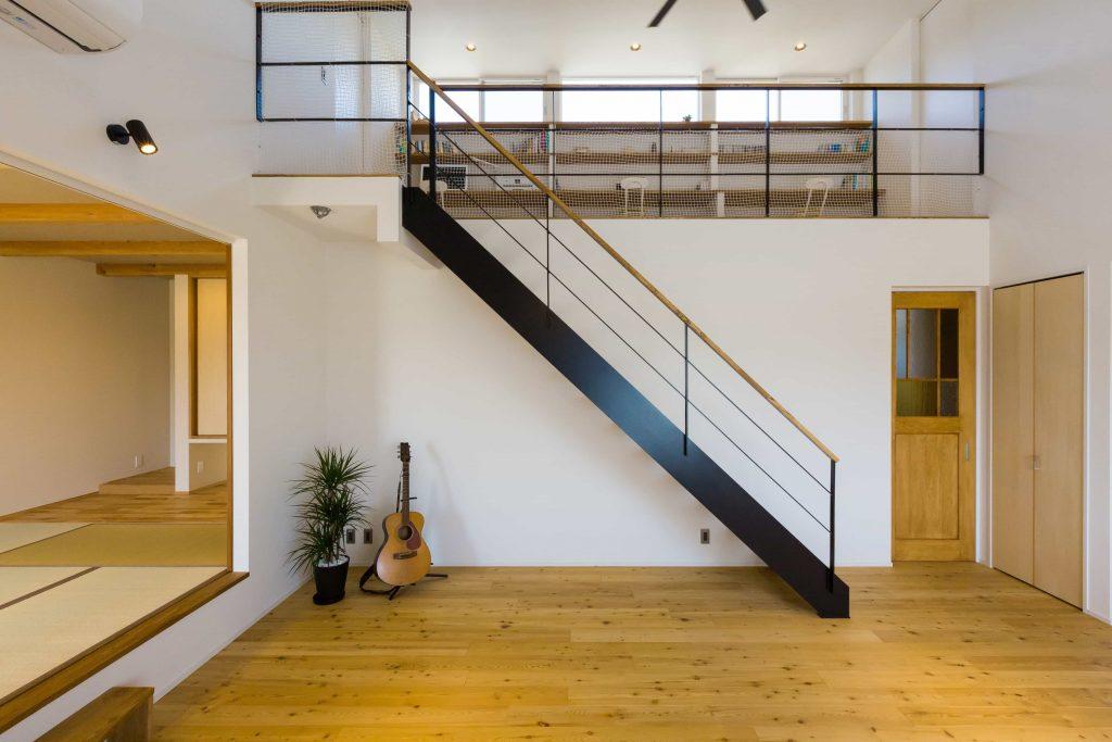スチール製のオープン階段が軽やかなリビングと吹き抜け。左右はキッチンや和室に繋がり広さは十分です。