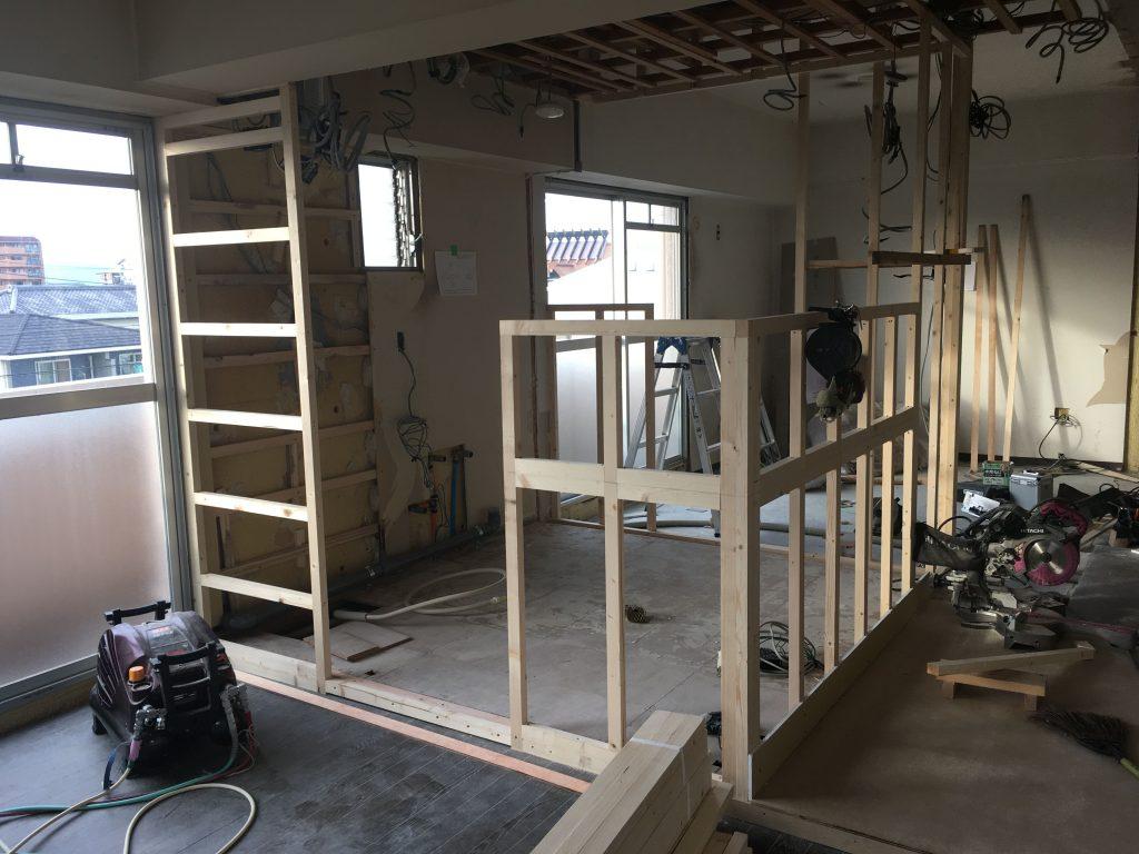 豊橋のマンションリノベーションで壁の下地組真っ只中です