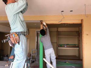 大工さんの仕上げた真壁の和室にオイル塗装を施しています。