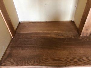 タモ材とシナ材の混合板畳がオイル塗装で仕上げられ良い風合いです。