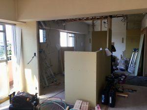 LDKの中心にできるキッチン周りの壁にプラスターボードが貼れました。