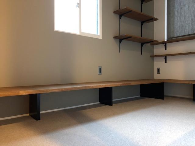 スタディールームという名の自由な部屋はカーペット式で座って過ごせる落ち着いた空間