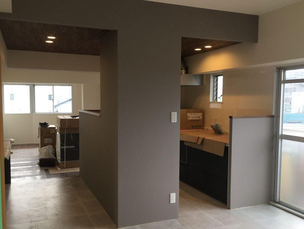 豊橋市のマンションリノベが完成します。LDK中央のキッチンにはアクセントクロスを使用しました。