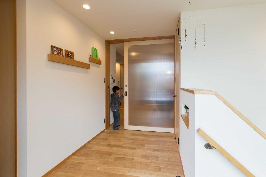 有効幅1.2m以上の廊下には幅いっぱいの引戸。ゆとりの空間です。