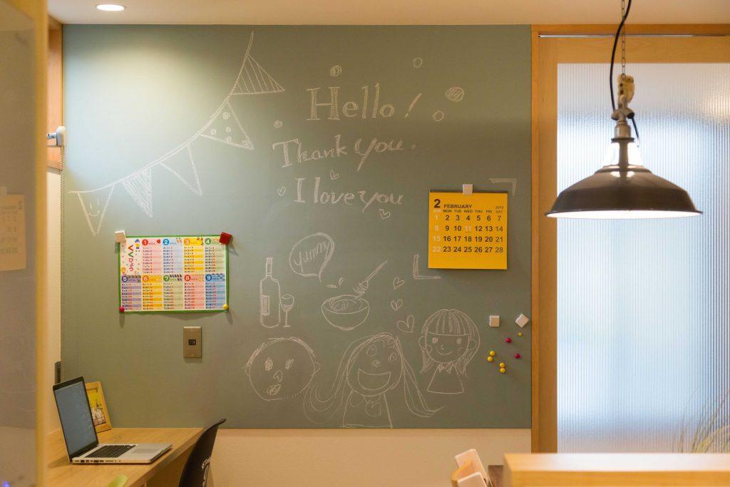 家族が集まる場所にあるチョークボードは落書きにも伝言にも使えます。