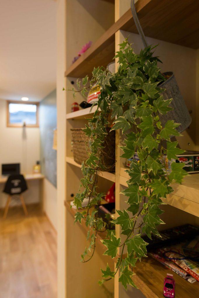 飾り棚であり壁面収納であり階段という働き者くん。アイビーもステキです。