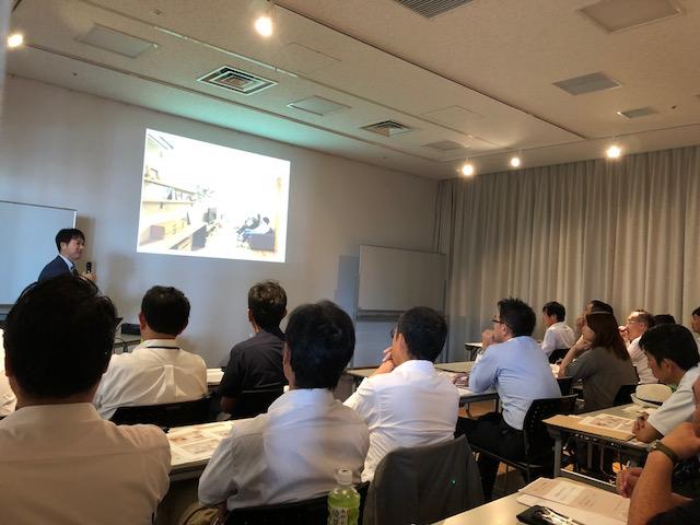 戸建てリノベーション事例について講演するリノクラフト今泉。会場は大入り満員、ご来場の方々も興味津々です。