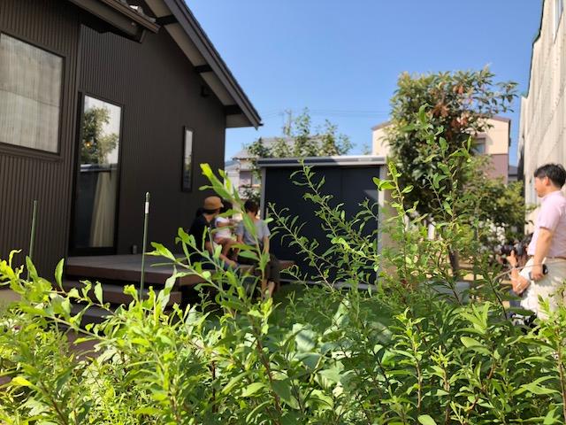 お庭にウッドバルコニー。水遊びもバーベキューも楽しみの一つ