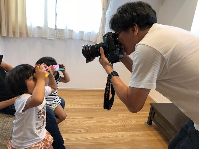 実家リノベーションの写真撮影、子どもたちもカメラマン気分