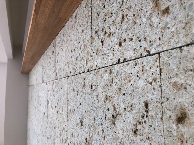 大谷石タイルのテレビボード壁は味わい深く表情豊かです