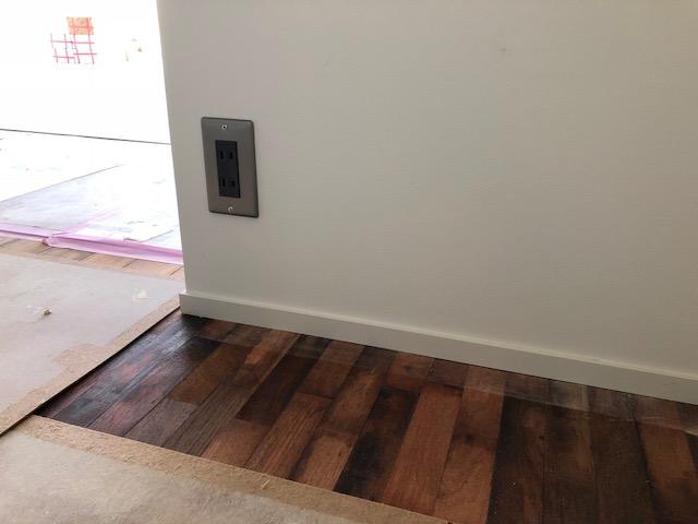 マンションリノベーションの寝室は細かい木材を組み合わせた床でとても個性的な仕上がり