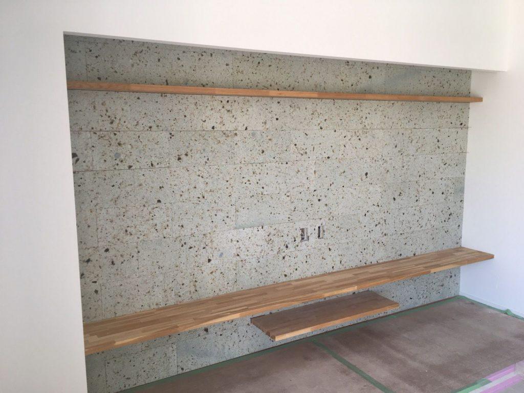棚板はナラの集成材にクリア塗装をしているのですが、大谷石との相性抜群です。