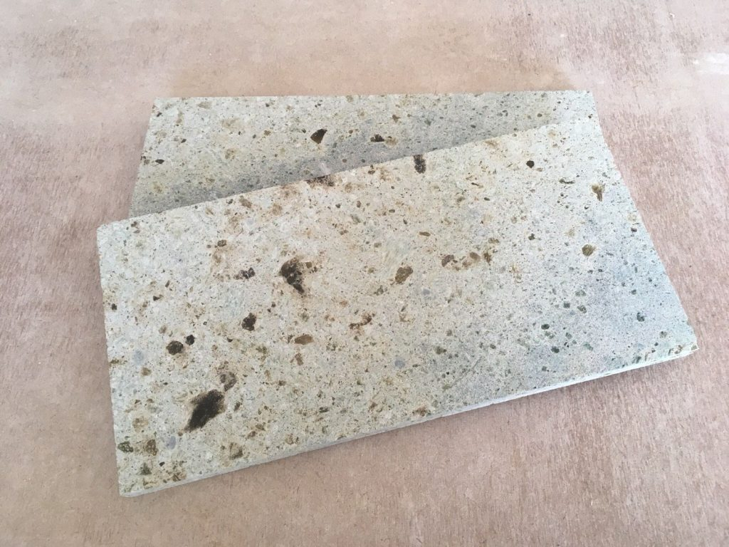 TVボードの壁面に大谷石を使用します。
