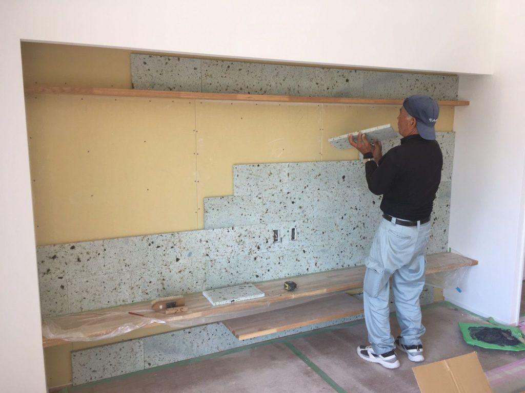 大谷石を職人さんが一つ一つ手作業で貼っていきます。