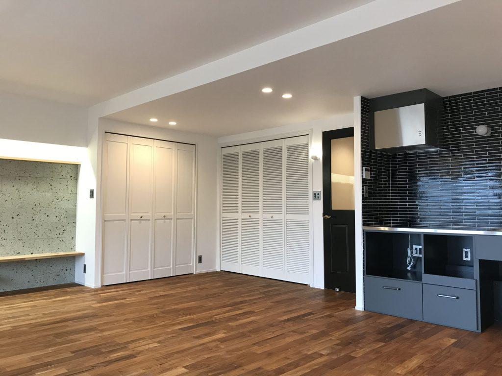 広いLDKにダークカラーのオリジナルキッチンとかっこいい建具の相性は抜群です。