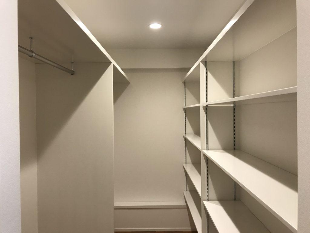 真っ白な壁と天井に真っ白な棚板ですっきりとしたウォークインクローゼットになりました。