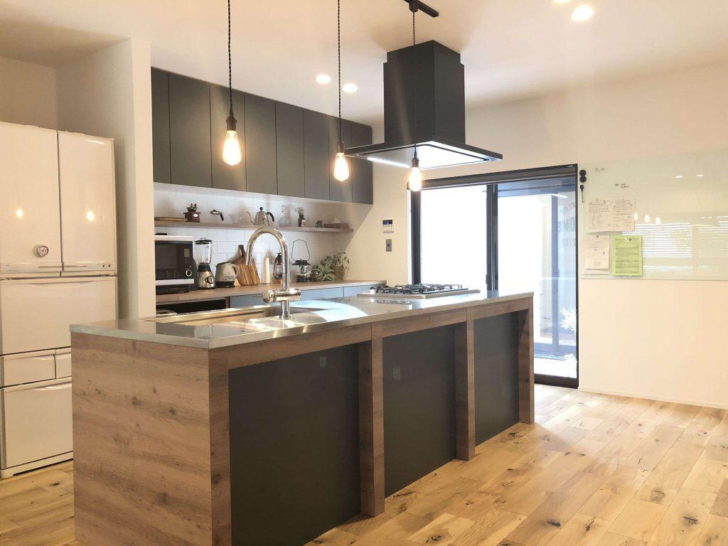 豊川市幸町の戸建てリノベーションにて製作したアイランドキッチン。グレイッシュなトーンがとてもシックです。