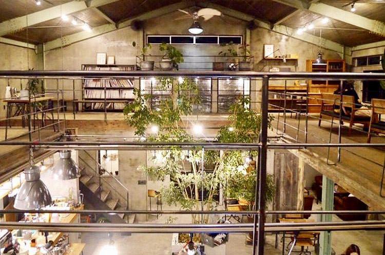 古い倉庫をリノベーションしたカフェ。黒を上手に使っておりかっこいい内装です。