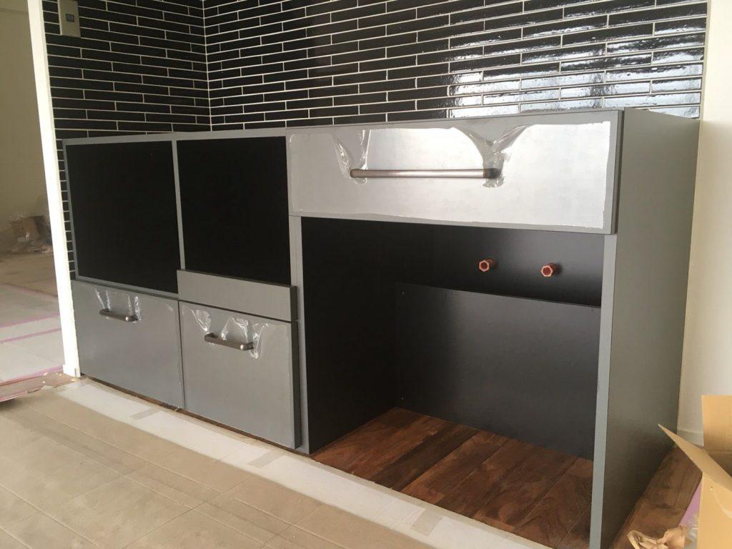 リノクラフトのオリジナルキッチン、グレーとブラックのメラミンでかっこいい仕上がりになりました。