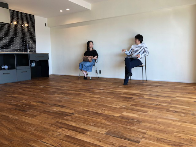 リノベ完成見学会、椅子を置くだけで絵になる部屋