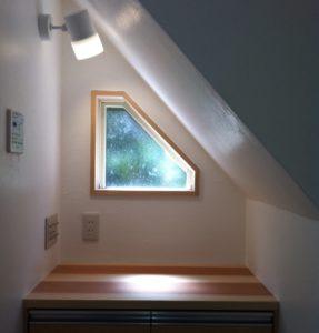 階段下の脱衣室は三角窓と引出しで有効活用