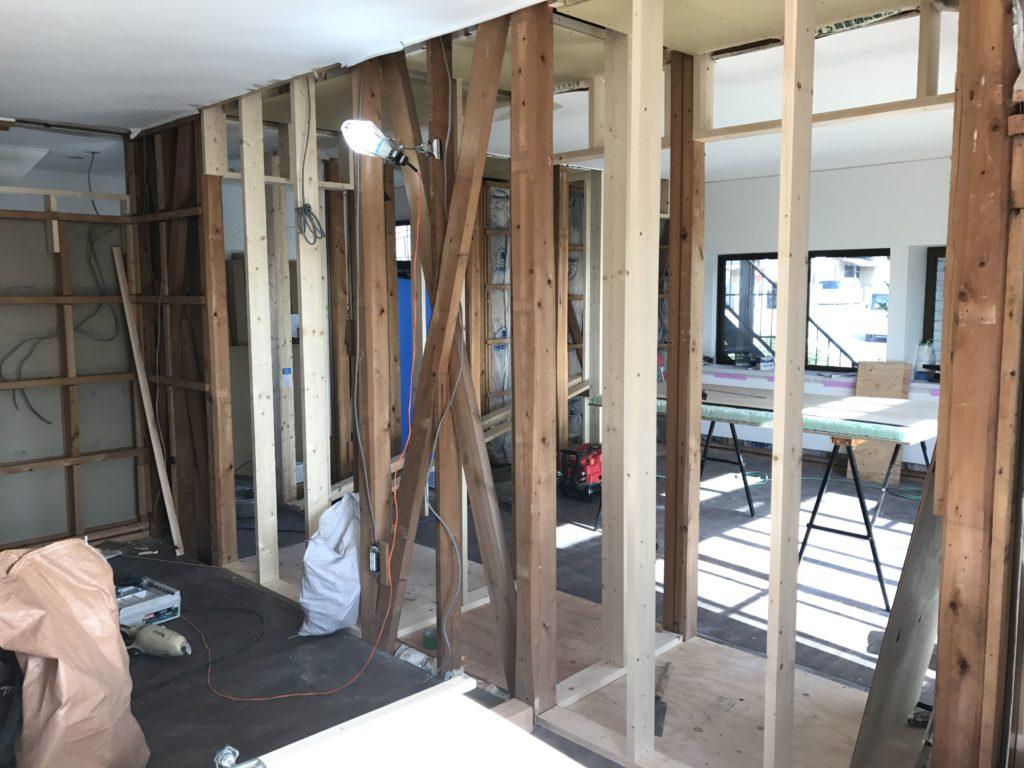 大工さんに間柱を立ててもらい新しい壁をつくっていきます。