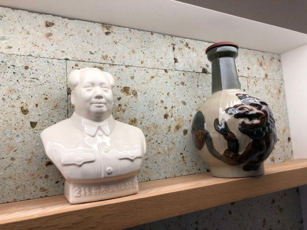 テレビボードの上に飾られた陶器製の置物
