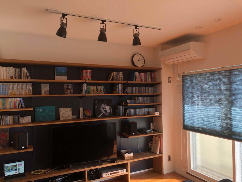 リビングには趣味の物を集めたいものです。CDや本、Macなど。