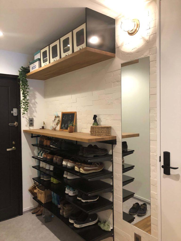 シンプルな造作の下駄箱に日々、使用する靴が並びます。