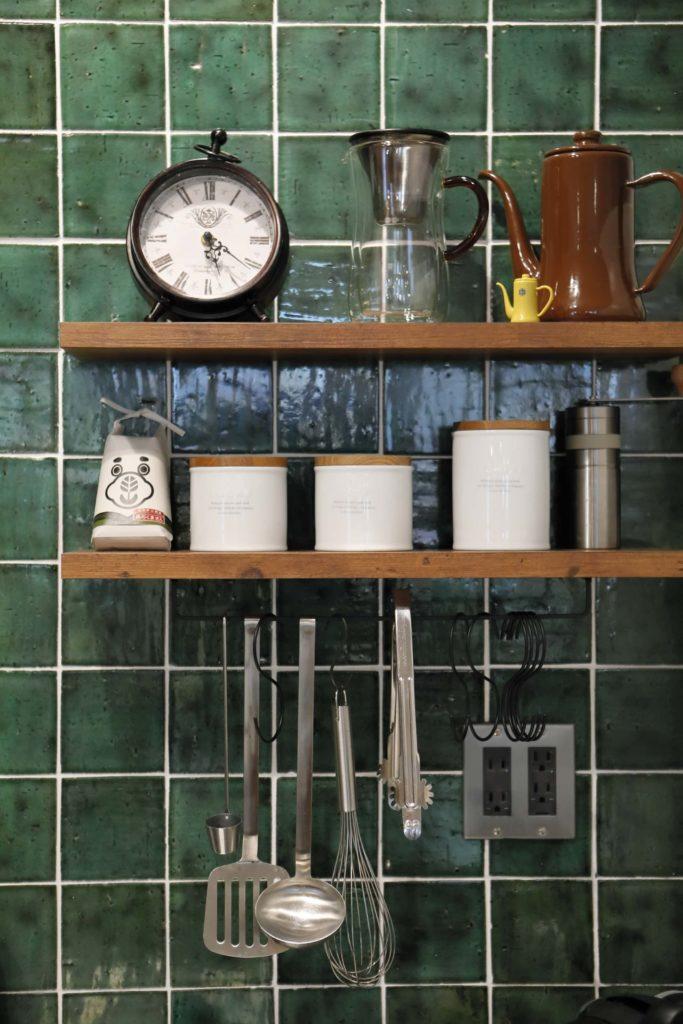 どこかレトロな印象のタイルの前に並ぶキッチンの道具類。見た目も使い勝手も良好です。