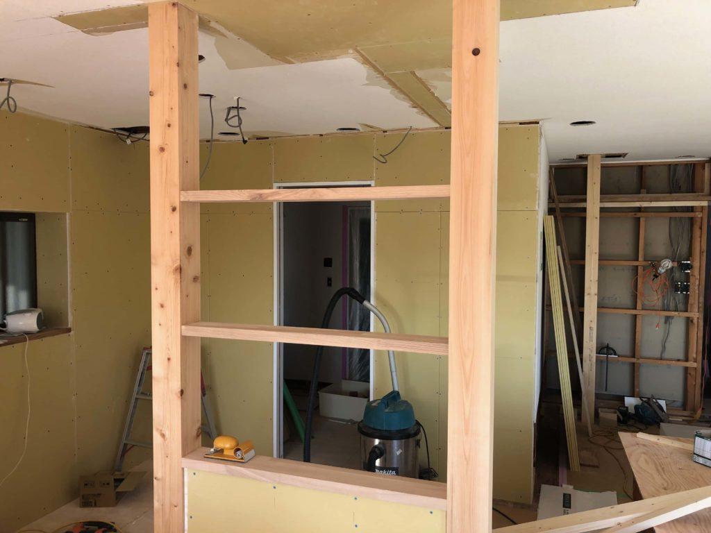 真新しいヒノキ柱とタモ材の飾り棚。これからオイル塗装を施して変身します。
