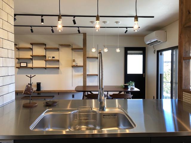 機能性抜群のキッチンと開放的なリビング、ナコのあそび場も充実の家