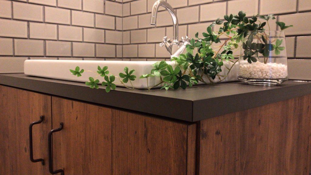 グレーのタイルと木目の洗面化粧台の相性抜群です。