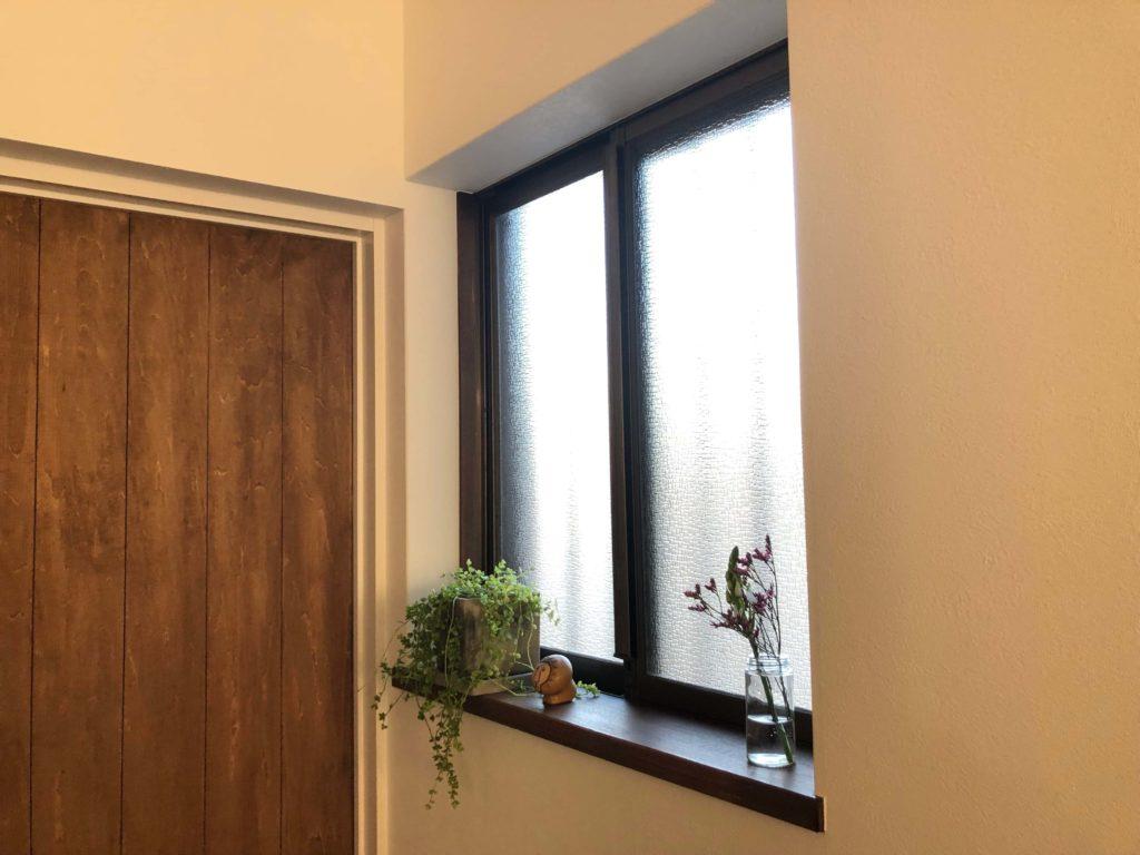 """豊川市谷川町の戸建てリノベーションH邸のサッシ。基本的にはペアガラスサッシに交換しているものの、重要でない箇所は古いままです。""""逆にそれが良い""""との事。"""