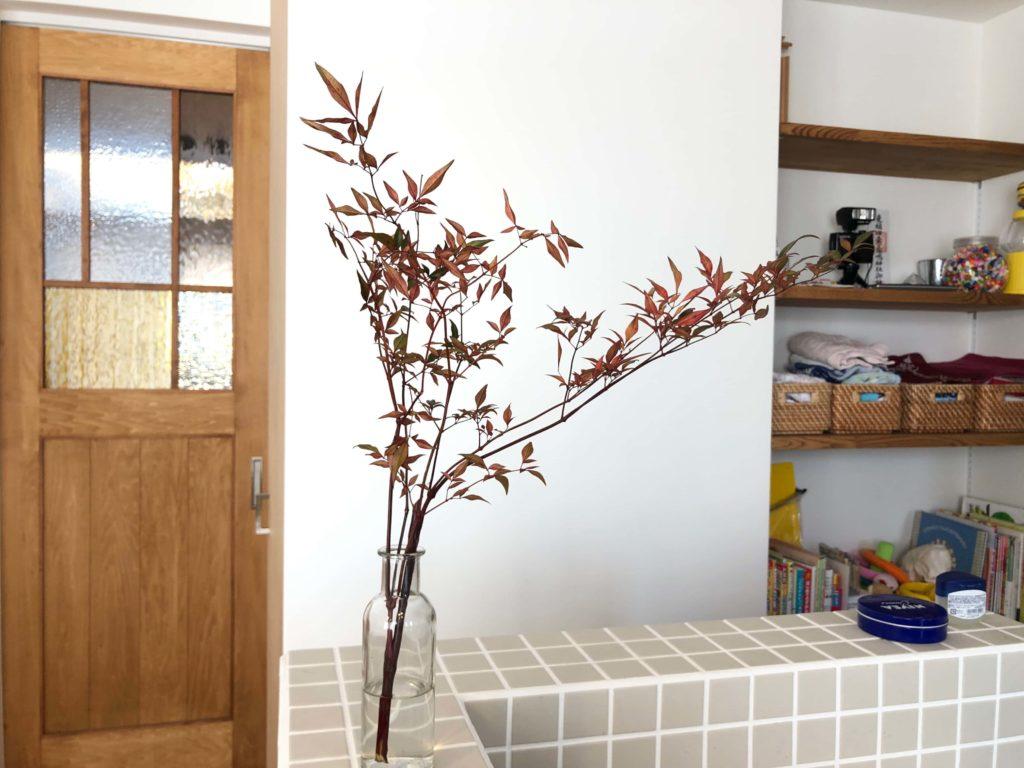豊橋市植田町S邸にてキッチンカウンターに飾られた枝とニベア