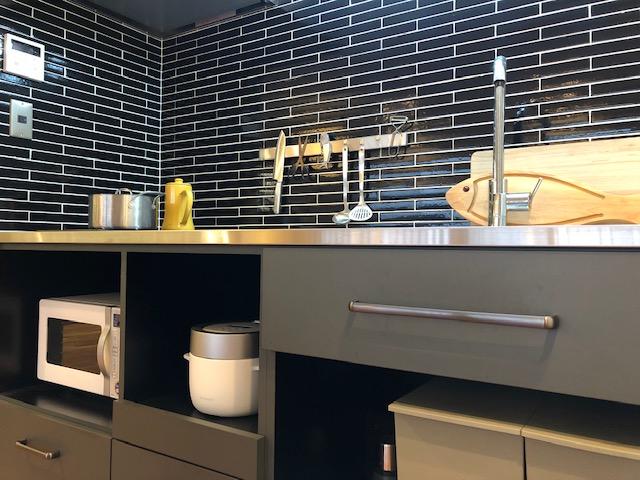 タイルや素材で小さめキッチンもカッコよく、一人暮らしのリノベーション