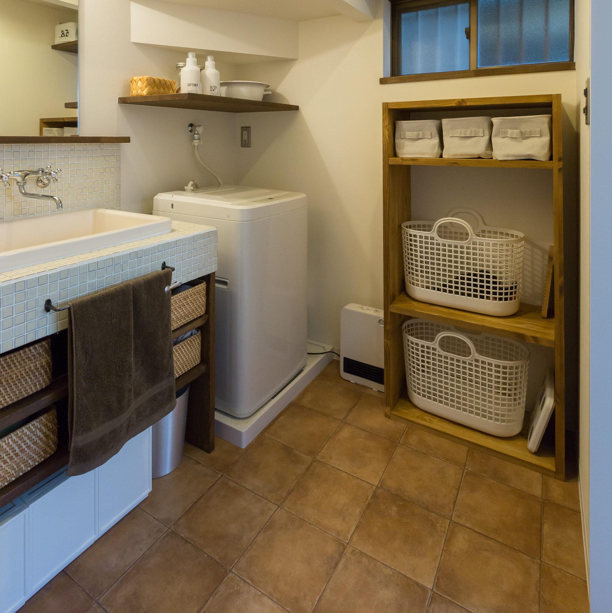 リノベで洗面台もカッコよく。棚は同色でDIYしておそろいです。