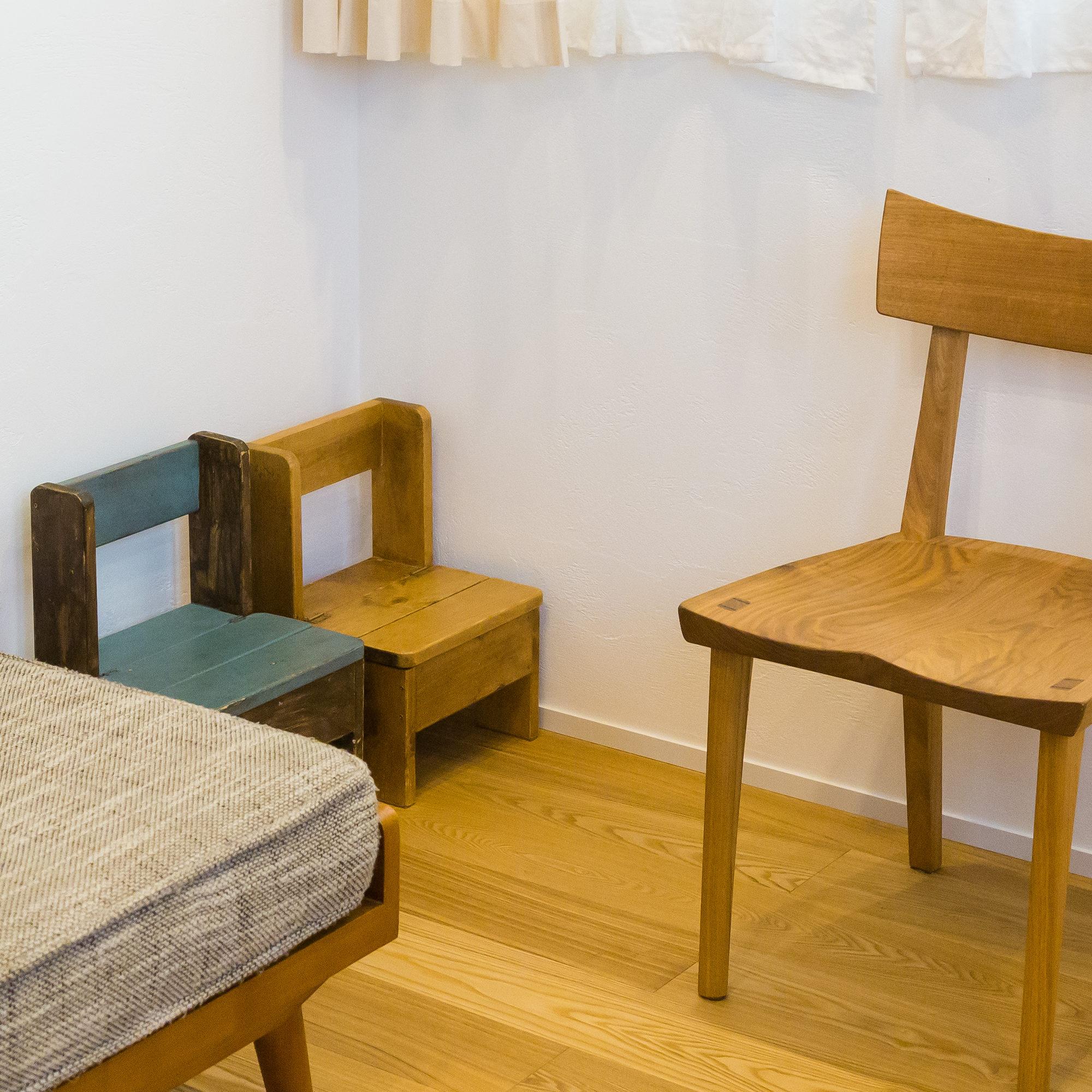 実家リノベは広々、手作りの子供椅子も並べられます