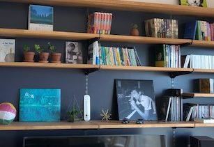 収納しながら飾れるテレビボード、濃紺で本やCDがかっこよく締まります