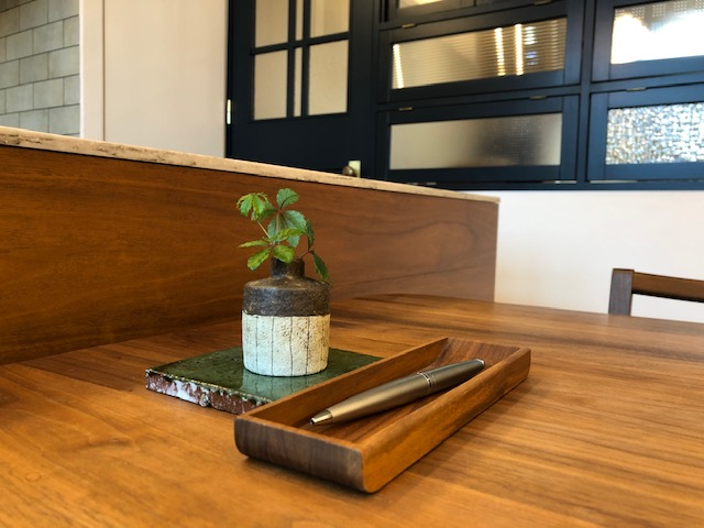 打合せテーブルの上にもグリーンを、土の器がいいかんじです
