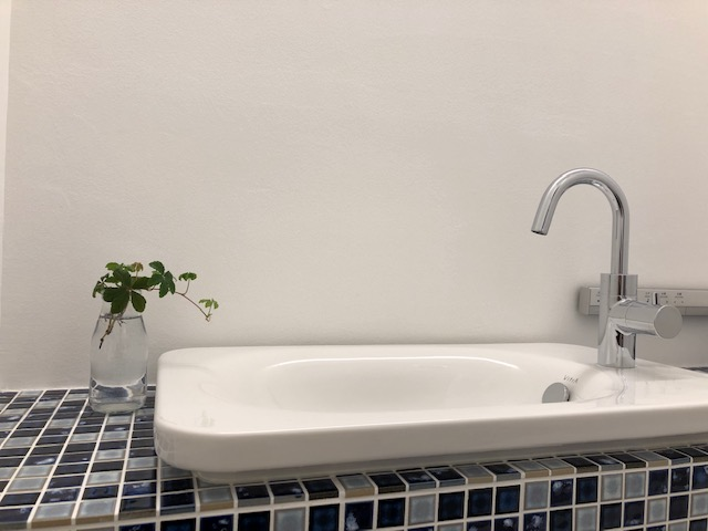 トイレの洗面のそばにもグリーンを置くとさわやかな印象に