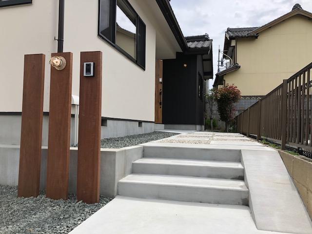 実家リノベのエントランス、木とコンクリートがスッキリ優しい印象に