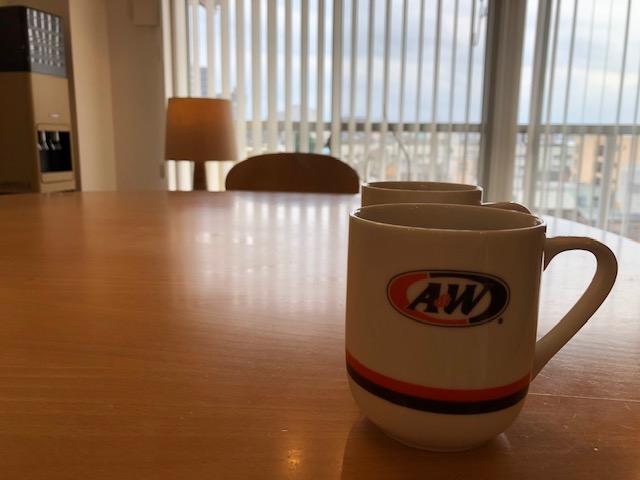 レトロなカップまで格好良くしてしまうリノベーションの部屋