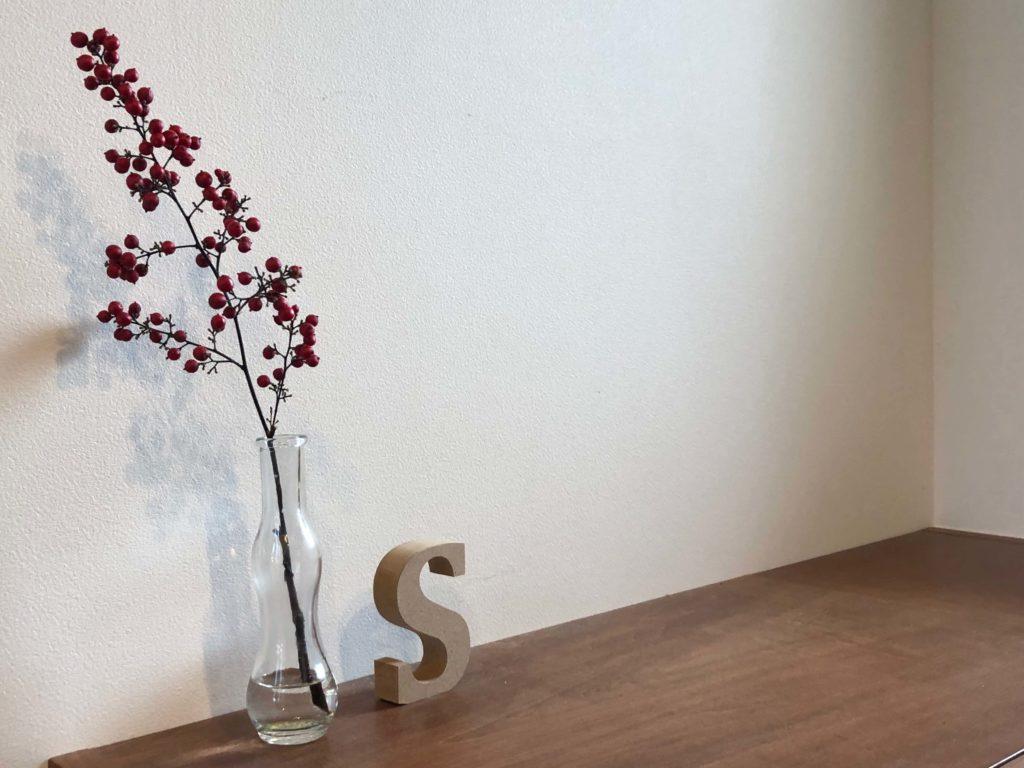 小ぶりな靴箱の上は飾り棚も兼ねています。南天が赤い実をつけています。