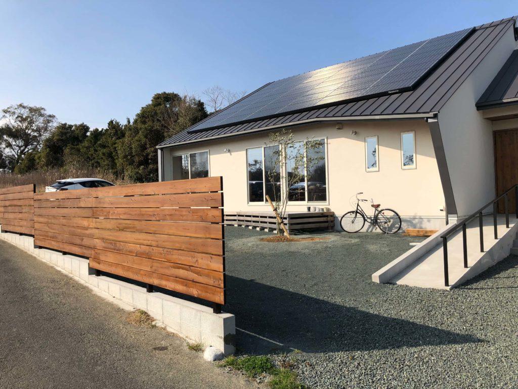 スギ材で作ったウッドフェンス、三角屋根のお家のシルエットに良く似合います。