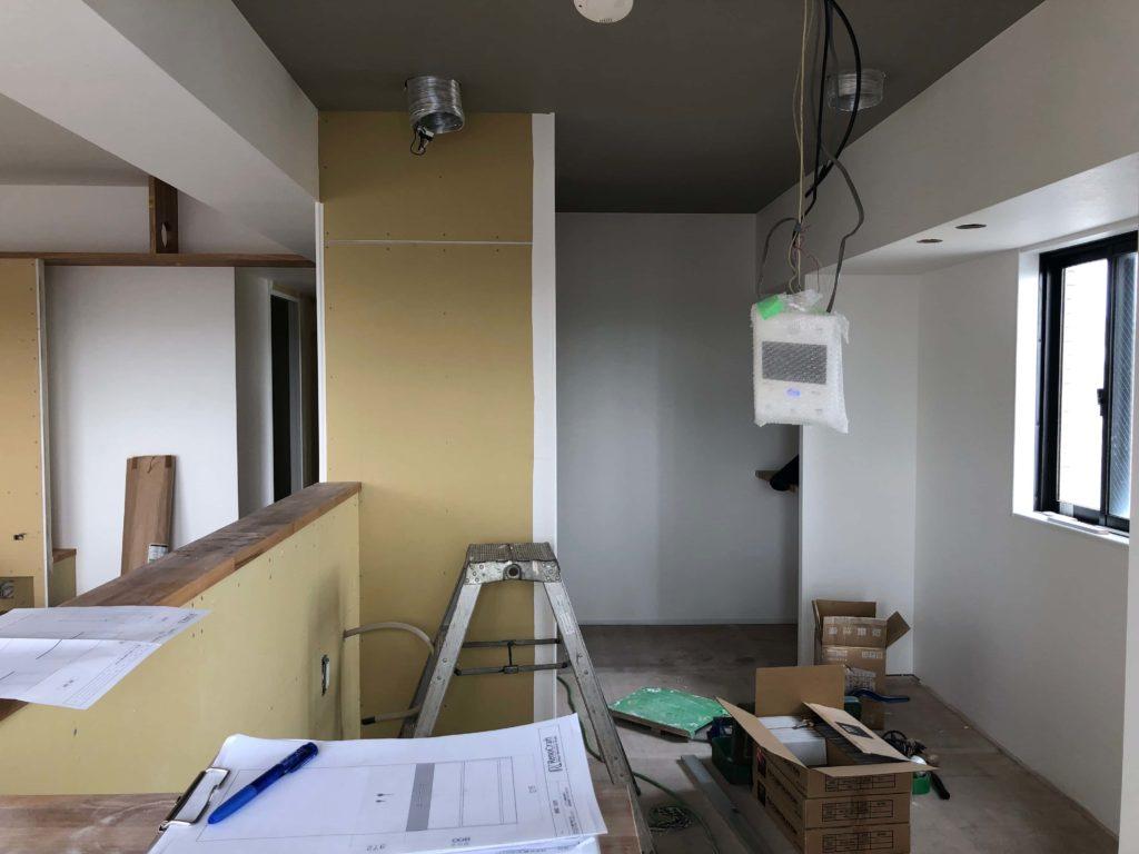 キッチンの壁面にはタイルが施され、レンジフードとオリジナルキッチンが組みあがります。
