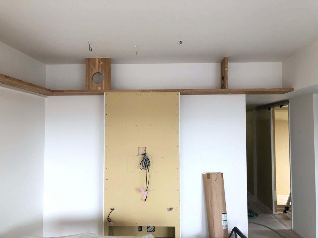 白い壁面の中央にテレビボード、これから塗り壁で仕上げて行きます。