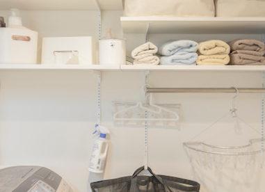 リノベでオープン棚を付けて、洗面も明るく清潔なイメージに