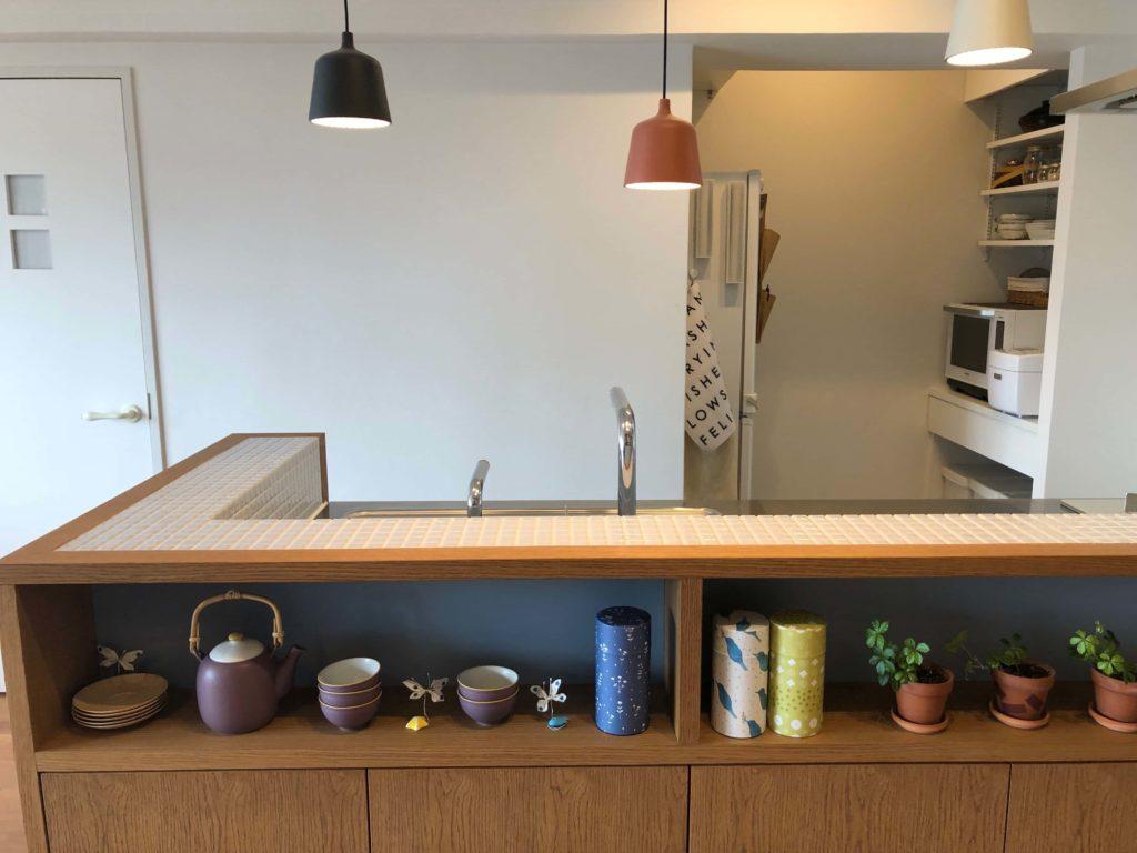 コンセプトは和ダンスのようなキッチンカウンター。茶筒や湯のみ茶碗などが並びます。